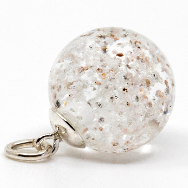 Bornholmerperlen. Klar glasperle med sand fra dit ynglingssted. Denne med sand fra Melsted, Gudhjem. Sølv