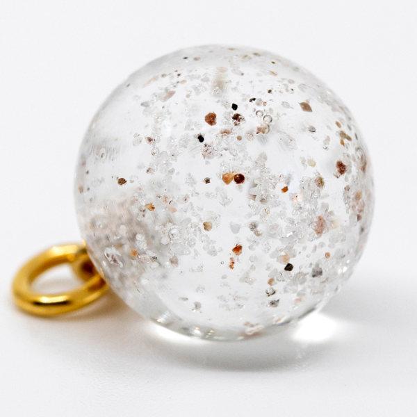 Bornholmerperlen. Klar glasperle med sand fra dit ynglingsted på Bornholm