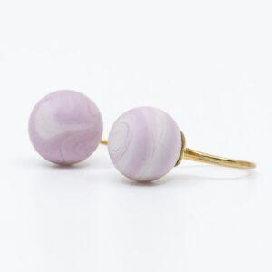 Lyserøde sandblæste glasperler på sølv eller forgyldte ørehængere