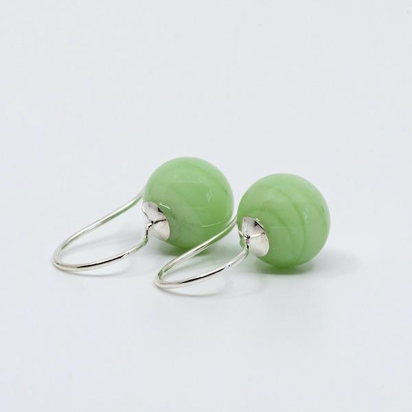 Ørehængere i sølv med blanke glasperler i en smuk chancerende grøn