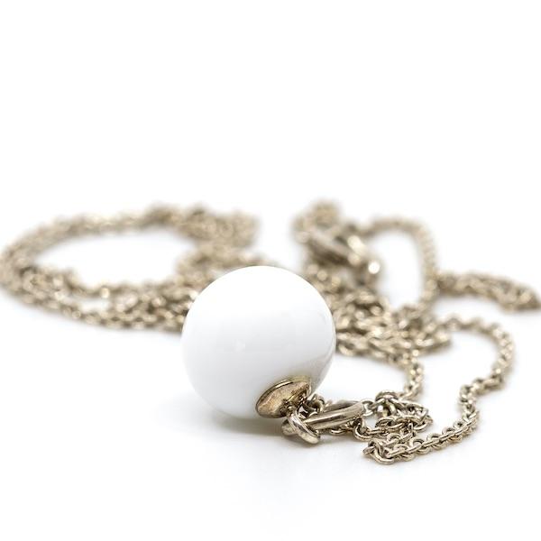 Hvid glasperle med sølvvedhæng og 70 cm sølvkæde