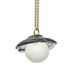 Unika vedhæng. Sandblæst klar perle med transparent grå skærm i sølv kæde