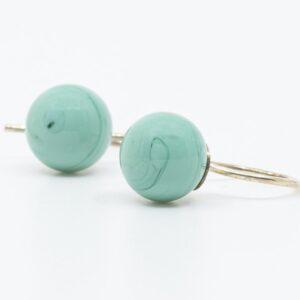 Pastel lyseblå glasperler på sølv eller forgyldte ørehængere